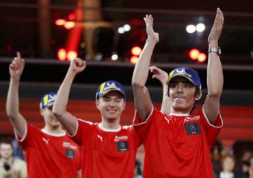 12Gran Turismo: L'équipe Mercedes Benz en Manufacturer Series (à gauche Cody Latkovski, au centre Tom Lartilleux, à droite Anthony Felix)