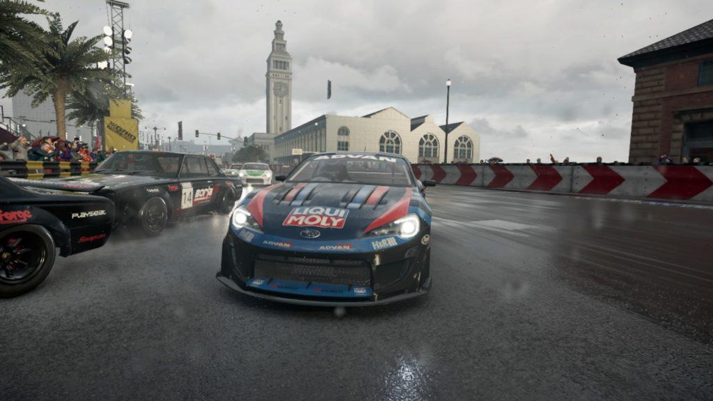 Grid PS4: une Subaru BRZ fonçant sous la pluie en ville