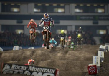 Une moto en plein saut dans Monster Energy Supercross 3