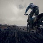 Une moto en plein saut