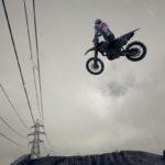 Supercross 3 : une moto fait un whip