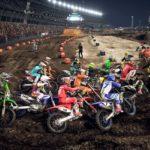 Plusieurs motos dans un des premiers virages d'une course