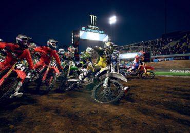 Supercross 3 : plusieurs motos arrivant au premier virage d'une course