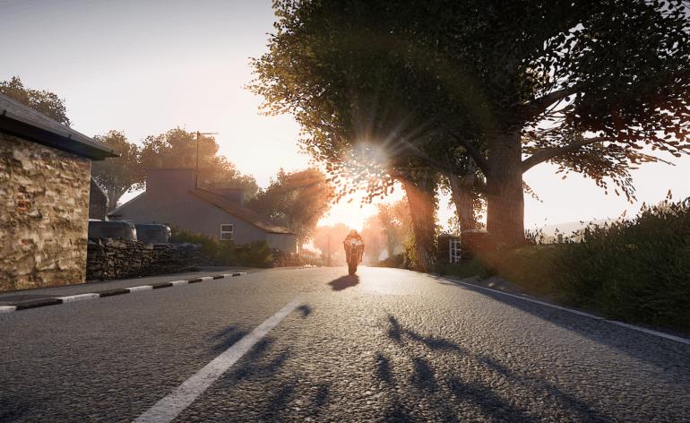 TT Isle of Man - Ride on the Edge 2 : image tirée du jeu d'une moto en action, soleil couchant dans le dos
