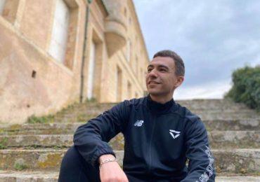 Fortnite : Rayan Derrouiche assis dans un escalier