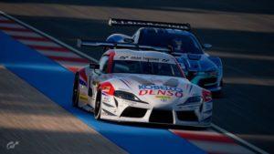 Gran Turismo : Rick Kevelham (Toyota Supra GT3) devant Jose Serrano (Renault RS.01 GT3)
