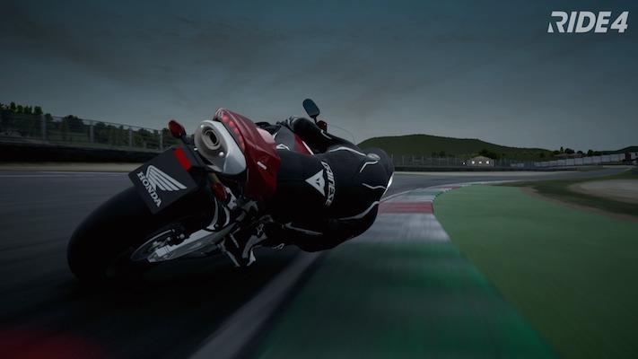 Une moto en plein virage