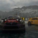 Quatre voitures sur un circuit ovale de glace