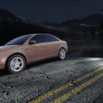 Need For Speed : Deux véhicules arrêtés sur une route de nuit